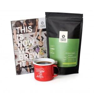 Kaffee & Emailletasse & Buch